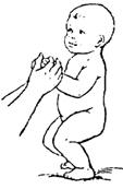 Приседание при поддержке за кольца, палочку или руки матери.